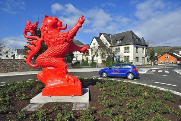 Heraldyczny - Czerwony - Lew - Rondo na Hitchinstraße - Dromersheimer Chausee w Büdesheim